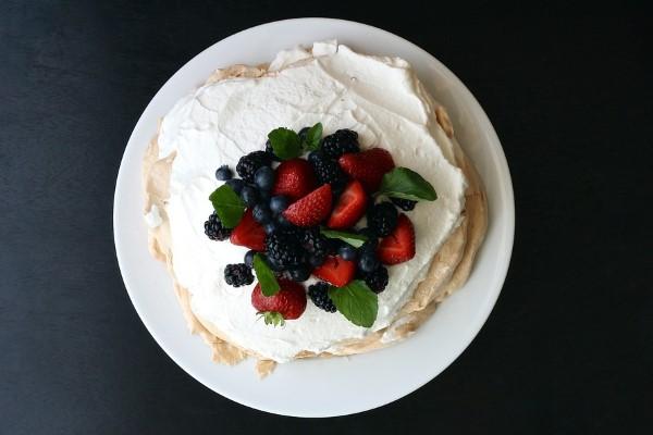 Pavlova med glass, grädde och frukt