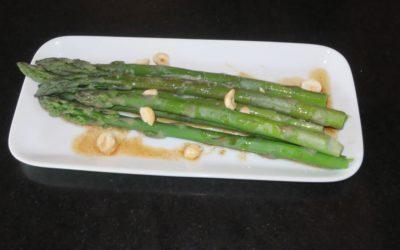 Grön sparris med bryn smör eller olivolja