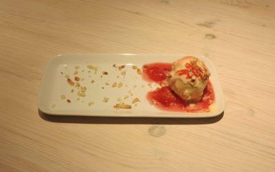 Vaniljglass med plommonkompott och rostad mandelmassa