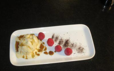 Vaniljglass med lakritssås och bär