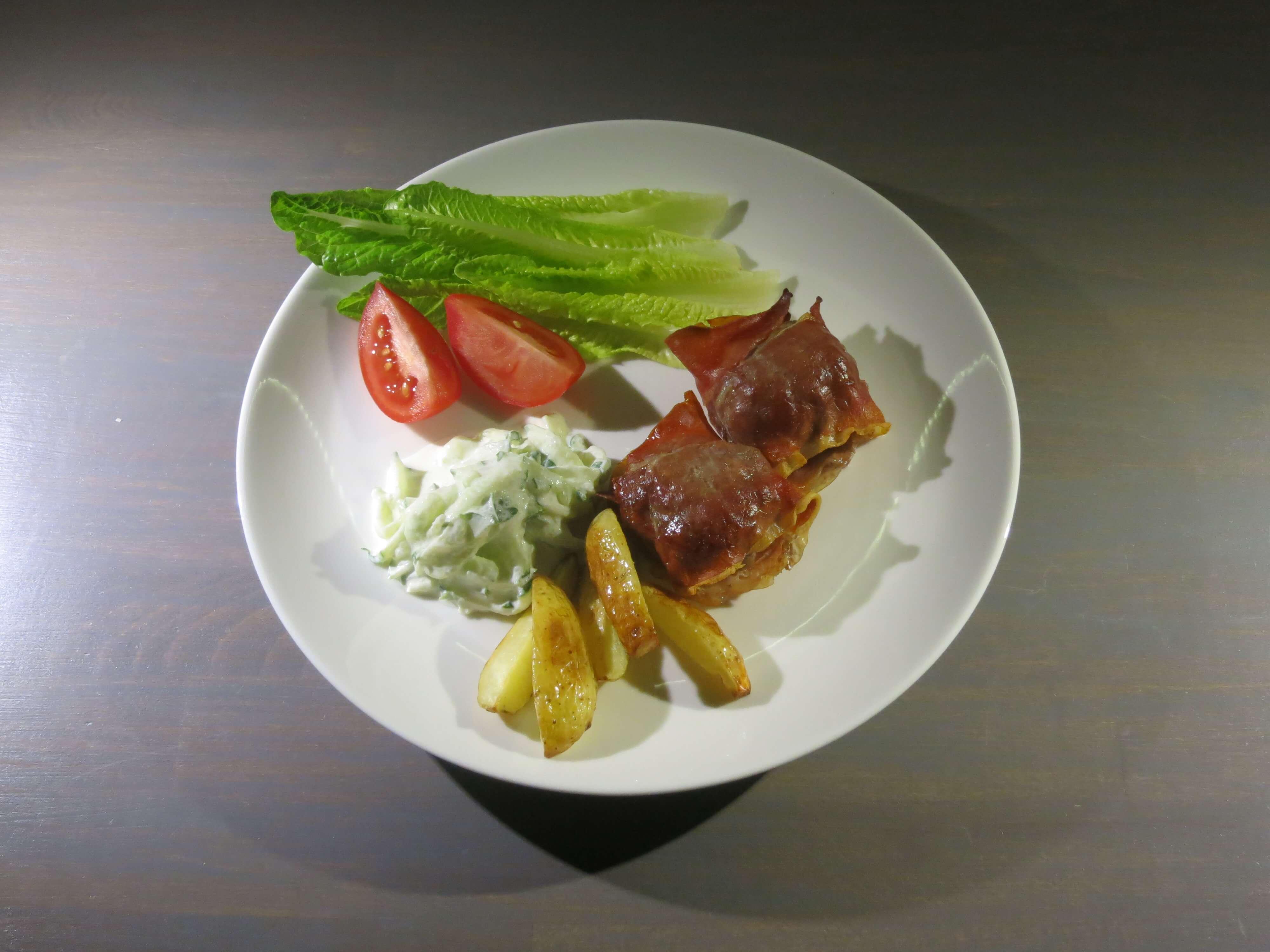 Lammfärsbiffar med tomatsalsa och klyftpotatis.